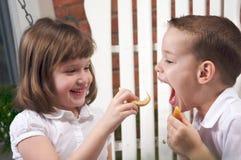 Soeur et frère mangeant un Apple Images libres de droits