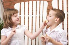 Soeur et frère mangeant un Apple Photographie stock