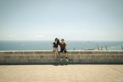 Soeur et frère s'asseyant sur a Photographie stock libre de droits