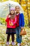 Soeur et frère sous le parapluie Photo stock