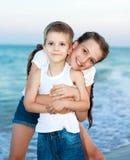 Soeur et frère sur la plage de soirée. Famille heureuse. Images stock