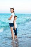 Soeur et frère sur la plage de soirée. Famille heureuse. Photo stock