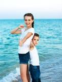 Soeur et frère sur la plage de soirée. Famille heureuse. Photos libres de droits