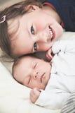 Soeur et son frère nouveau-né Image stock