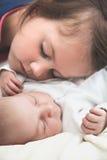 Soeur et son sommeil nouveau-né de frère Photographie stock libre de droits