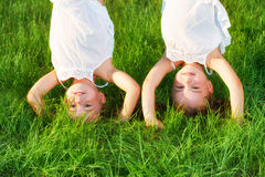 Soeur heureuse de jumeaux d'enfants à l'envers en été Images stock
