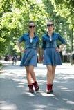 Soeur jumelle avec des lunettes de soleil Photographie stock libre de droits