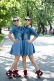 Soeur jumelle avec des lunettes de soleil Photo libre de droits