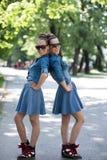 Soeur jumelle avec des lunettes de soleil Photographie stock