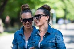 Soeur jumelle avec des lunettes de soleil Photos libres de droits