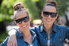 Soeur jumelle avec des lunettes de soleil Image libre de droits