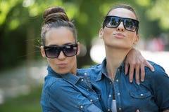 Soeur jumelle avec des lunettes de soleil Images libres de droits