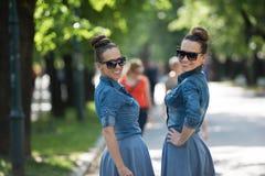 Soeur jumelle avec des lunettes de soleil Photos stock