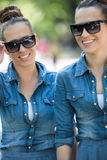 Soeur jumelle avec des lunettes de soleil Image stock