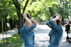 Soeur jumelle avec des lunettes de soleil Images stock