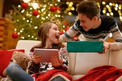 Soeur recevant le cadeau de Noël de son frère Photo libre de droits