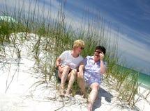 Soeurs à la plage photos stock