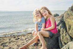 Soeurs à la plage sur le coucher du soleil Images stock