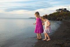 Soeurs à la plage sur le coucher du soleil Photo libre de droits