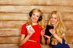 Soeurs écoutant la musique sur des écouteurs Photos libres de droits