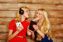 Soeurs écoutant la musique sur des écouteurs Image stock