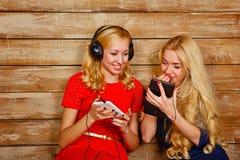 Soeurs écoutant la musique sur des écouteurs Photo libre de droits