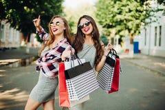 Soeurs après l'achat et le grand visage de ventes pose heureuse et fabrication photographie stock