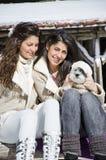 Soeurs avec leur petit chien Photo stock