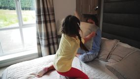 Soeurs ayant un combat d'oreiller banque de vidéos