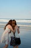Soeurs détendant sur la belle plage Photo stock