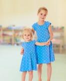 Soeurs dans des robes bleues Photo stock