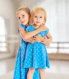 Soeurs dans des robes bleues Photographie stock