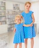 Soeurs dans des robes bleues Photo libre de droits