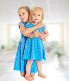 Soeurs dans des robes bleues Image libre de droits