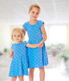 Soeurs dans des robes bleues Images stock