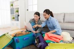 Soeurs de beauté préparant le bagage dans le salon Images stock