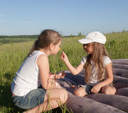 Soeurs de camping Image stock