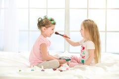 Soeurs de filles de petits enfants faisant le maquillage à l'intérieur Photo libre de droits