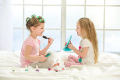 Soeurs de filles de petits enfants faisant le maquillage à l'intérieur Image stock