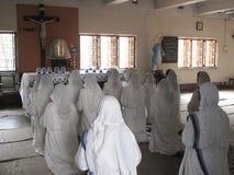 Soeurs des missionnaires du ` s de Mère Teresa de la charité dans la prière dans la chapelle de la Chambre de mère, Kolkata Photos stock