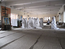 Soeurs des missionnaires du ` s de Mère Teresa de la charité dans la prière dans la chapelle de la Chambre de mère, Kolkata Photo libre de droits