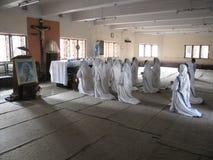 Soeurs des missionnaires du ` s de Mère Teresa de la charité dans la prière dans la chapelle de la Chambre de mère, Kolkata Image stock