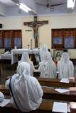 Soeurs des missionnaires du ` s de Mère Teresa de la charité dans la prière dans la chapelle de la Chambre de mère, Kolkata Photographie stock
