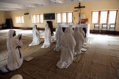 Soeurs des missionnaires du ` s de Mère Teresa de la charité dans la prière dans la chapelle de la Chambre de mère, Kolkata Photographie stock libre de droits