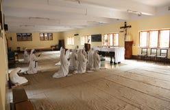 Soeurs des missionnaires du ` s de Mère Teresa de la charité dans la prière dans la chapelle de la Chambre de mère, Kolkata Image libre de droits