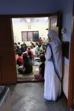 Soeurs des missionnaires du ` s de Mère Teresa de la charité et des volontaires à la masse dans la chapelle de la mère Ho Photo stock