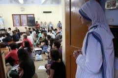 Soeurs des missionnaires du ` s de Mère Teresa de la charité et des volontaires à la masse dans la chapelle de la mère Ho Images libres de droits