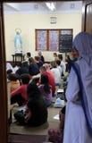 Soeurs des missionnaires du ` s de Mère Teresa de la charité et des volontaires de partout dans le monde à la masse dans la chape Image libre de droits