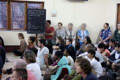 Soeurs des missionnaires du ` s de Mère Teresa de la charité et des volontaires de partout dans le monde à la masse dans la Chamb Image stock