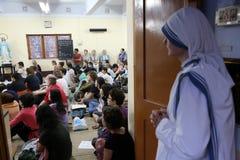 Soeurs des missionnaires du ` s de Mère Teresa de la charité et des volontaires de partout dans le monde à la masse dans la Chamb Image libre de droits